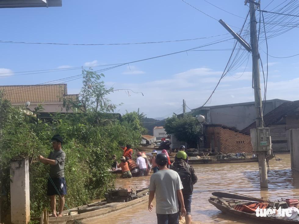 Nắng đẹp, cao nguyên Đắk Lắk vẫn ngập, dân dọn nhà chạy lũ - Ảnh 6.