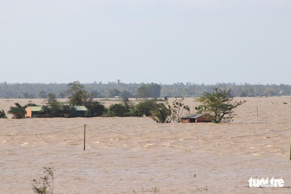 Nắng đẹp, cao nguyên Đắk Lắk vẫn ngập, dân dọn nhà chạy lũ - Ảnh 4.