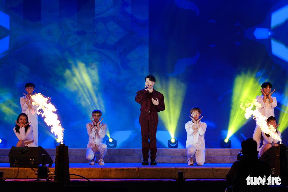 Đức Phúc xuất hiện khuấy đảo lễ hội Đà Nẵng chào năm mới 2021 - Ảnh 1.