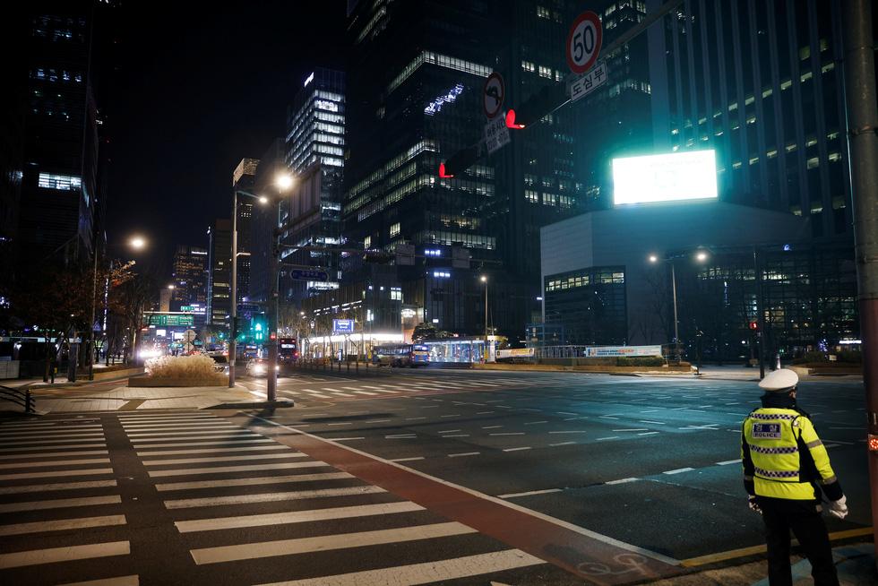 Chào 2021: Hàn Quốc đón giao thừa lặng lẽ, Triều Tiên mở nhạc hội, bắn pháo hoa - Ảnh 5.