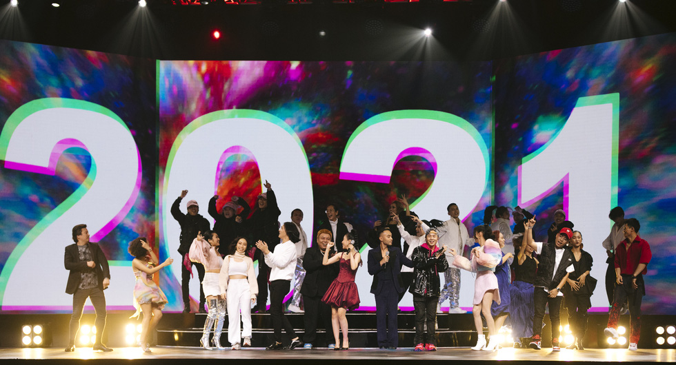 Binz, Hoàng Thùy Linh, Min 'đốt nóng' sân khấu ảo của lễ hội ánh sáng 2021 - Ảnh 9.