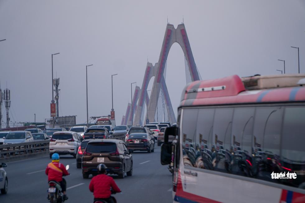 Đường phố Hà Nội tiến thoái lưỡng nan trong ngày cuối năm - Ảnh 2.