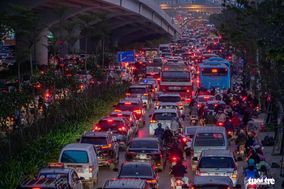 Đường phố Hà Nội tiến thoái lưỡng nan trong ngày cuối năm - Ảnh 3.