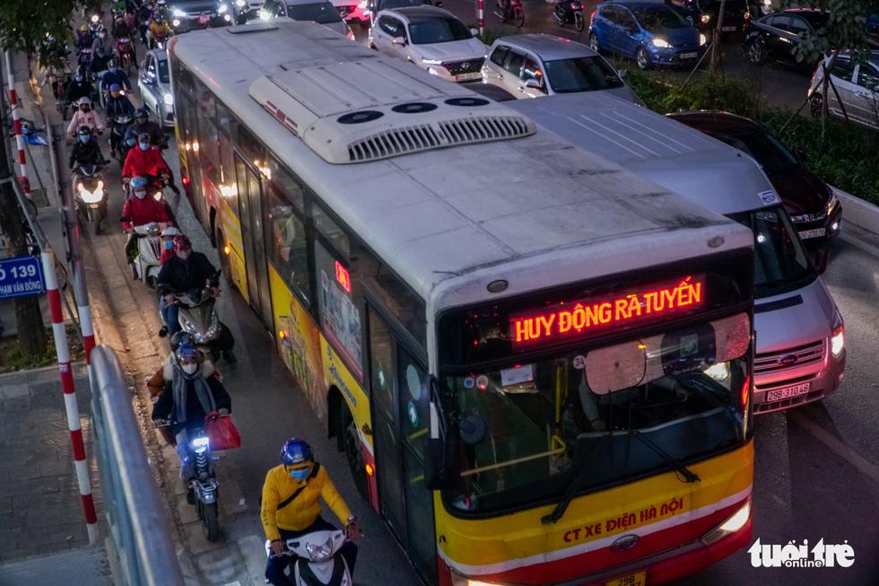 Đường phố Hà Nội tiến thoái lưỡng nan trong ngày cuối năm - Ảnh 8.