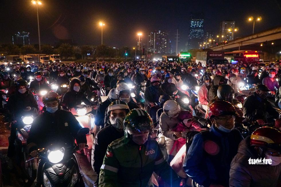 Đường phố Hà Nội tiến thoái lưỡng nan trong ngày cuối năm - Ảnh 1.