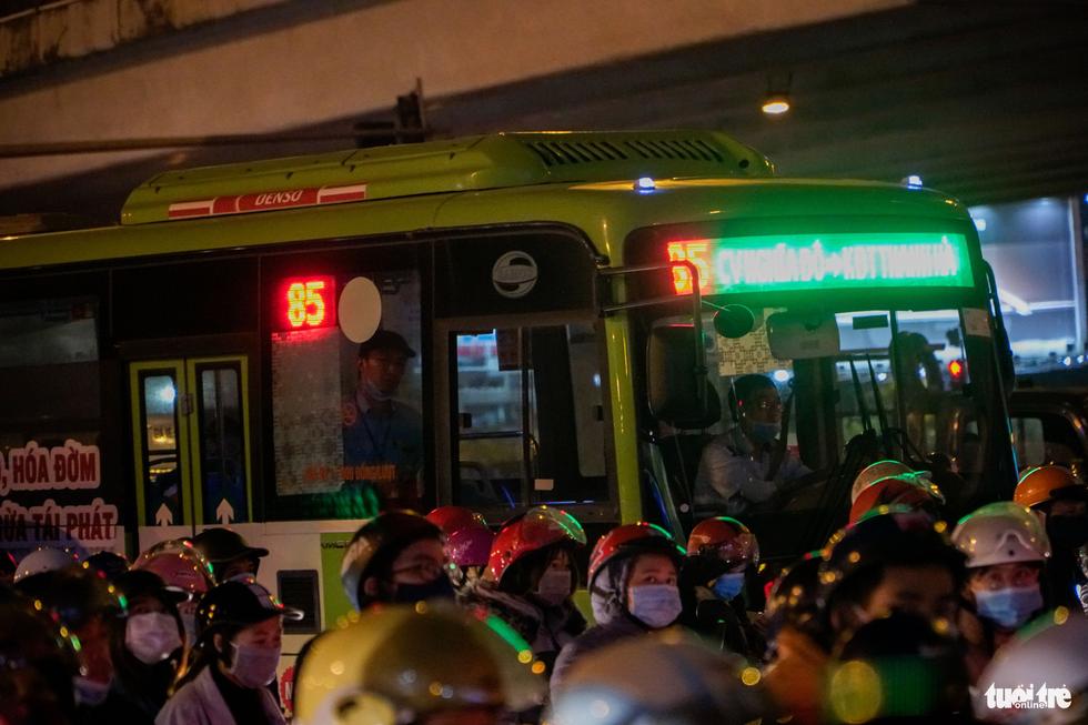 Đường phố Hà Nội tiến thoái lưỡng nan trong ngày cuối năm - Ảnh 6.