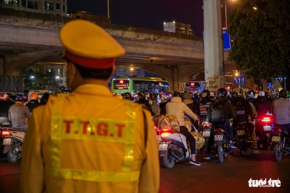 Đường phố Hà Nội tiến thoái lưỡng nan trong ngày cuối năm - Ảnh 9.
