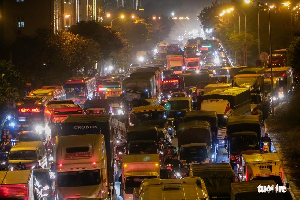 Đường phố Hà Nội tiến thoái lưỡng nan trong ngày cuối năm - Ảnh 7.