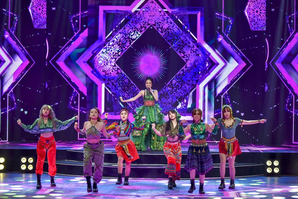 Binz, Hoàng Thùy Linh, Min 'đốt nóng' sân khấu ảo của lễ hội ánh sáng 2021 - Ảnh 7.