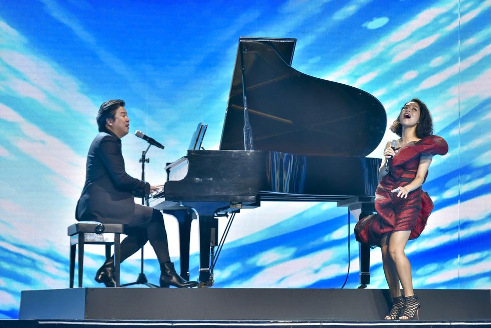 Binz, Hoàng Thùy Linh, Min 'đốt nóng' sân khấu ảo của lễ hội ánh sáng 2021 - Ảnh 6.