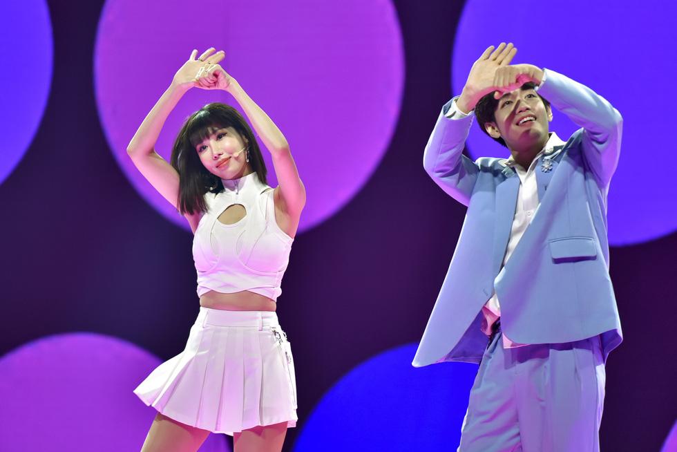 Binz, Hoàng Thùy Linh, Min 'đốt nóng' sân khấu ảo của lễ hội ánh sáng 2021 - Ảnh 5.