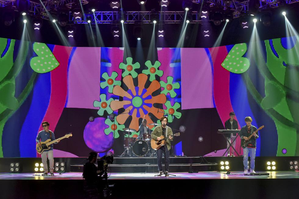 Binz, Hoàng Thùy Linh, Min 'đốt nóng' sân khấu ảo của lễ hội ánh sáng 2021 - Ảnh 3.