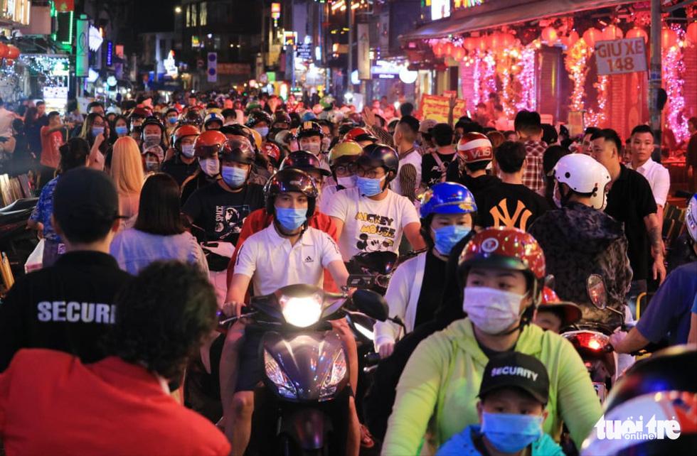 Người dân đổ về trung tâm TP.HCM trong đêm giao thừa - Ảnh 1.