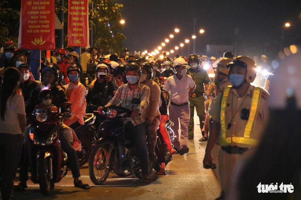Người dân đổ về trung tâm TP.HCM trong đêm giao thừa - Ảnh 12.