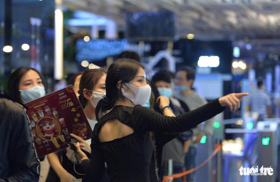 Người dân đổ về trung tâm TP.HCM trong đêm giao thừa - Ảnh 5.