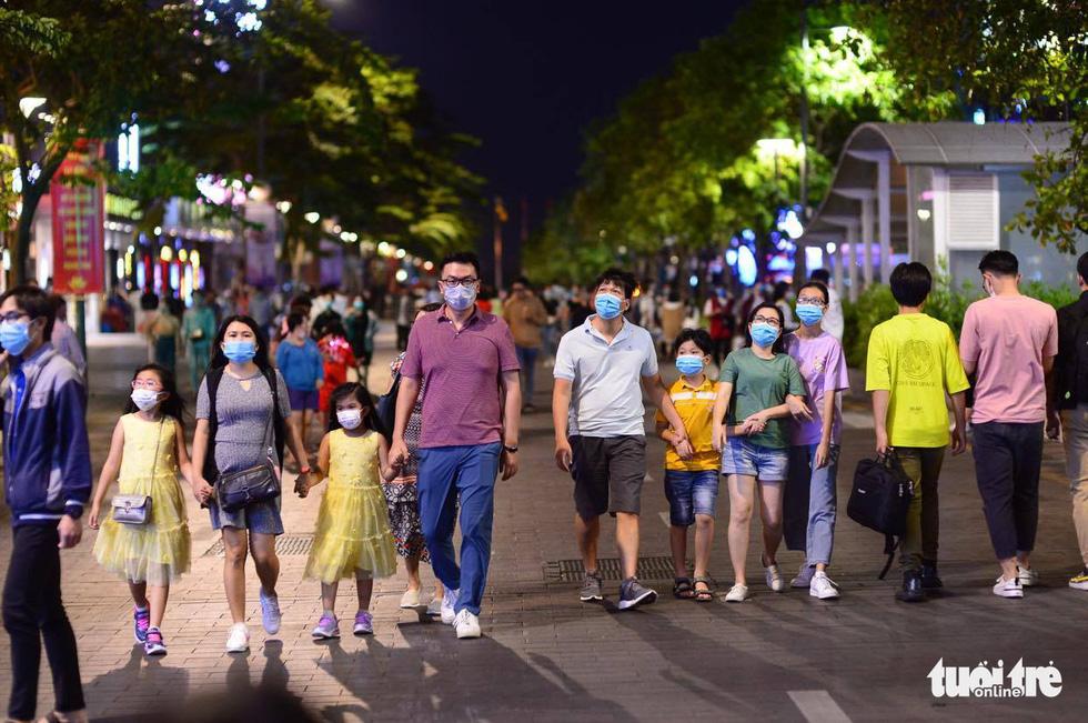 Người dân đổ về trung tâm TP.HCM trong đêm giao thừa - Ảnh 2.