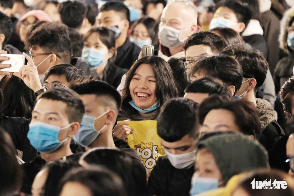 Hàng chục ngàn người Hà Nội, Đà Nẵng đổ ra đường đón năm mới 2021 - Ảnh 2.