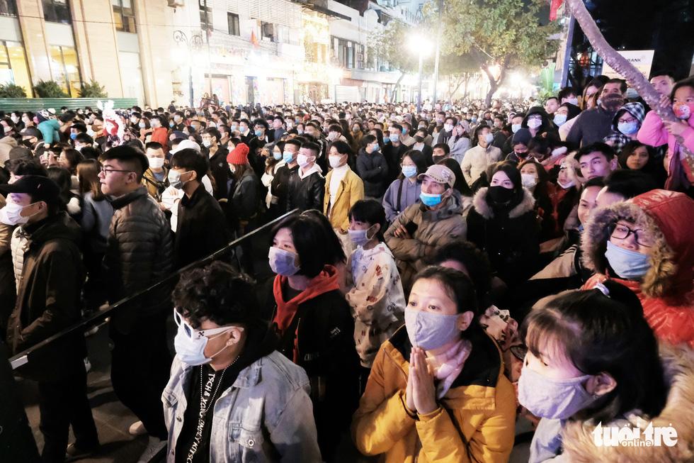 Hàng chục ngàn người Hà Nội, Đà Nẵng đổ ra đường đón năm mới 2021 - Ảnh 3.