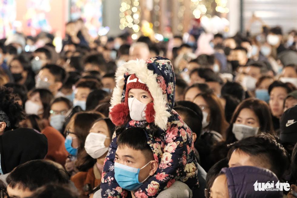Hàng chục ngàn người Hà Nội, Đà Nẵng đổ ra đường đón năm mới 2021 - Ảnh 4.