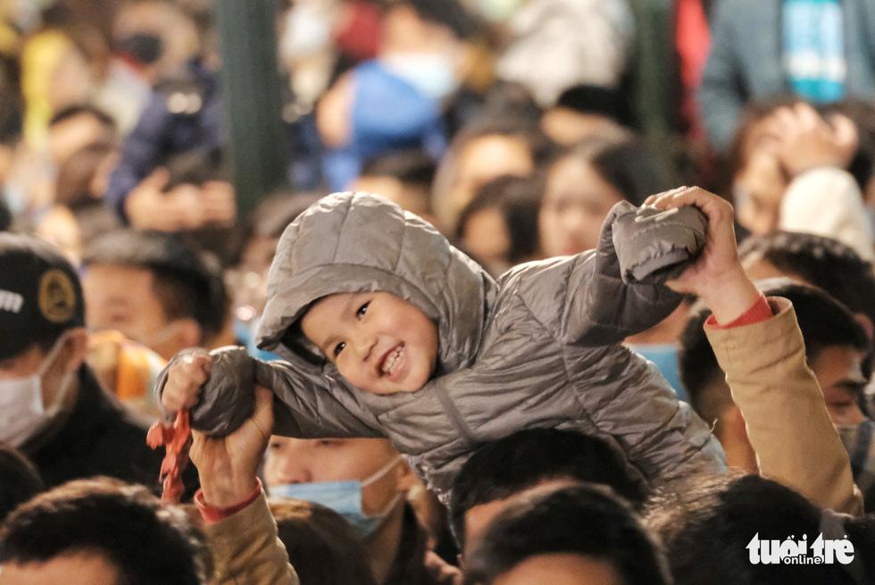 Hàng chục ngàn người Hà Nội, Đà Nẵng đổ ra đường đón năm mới 2021 - Ảnh 1.