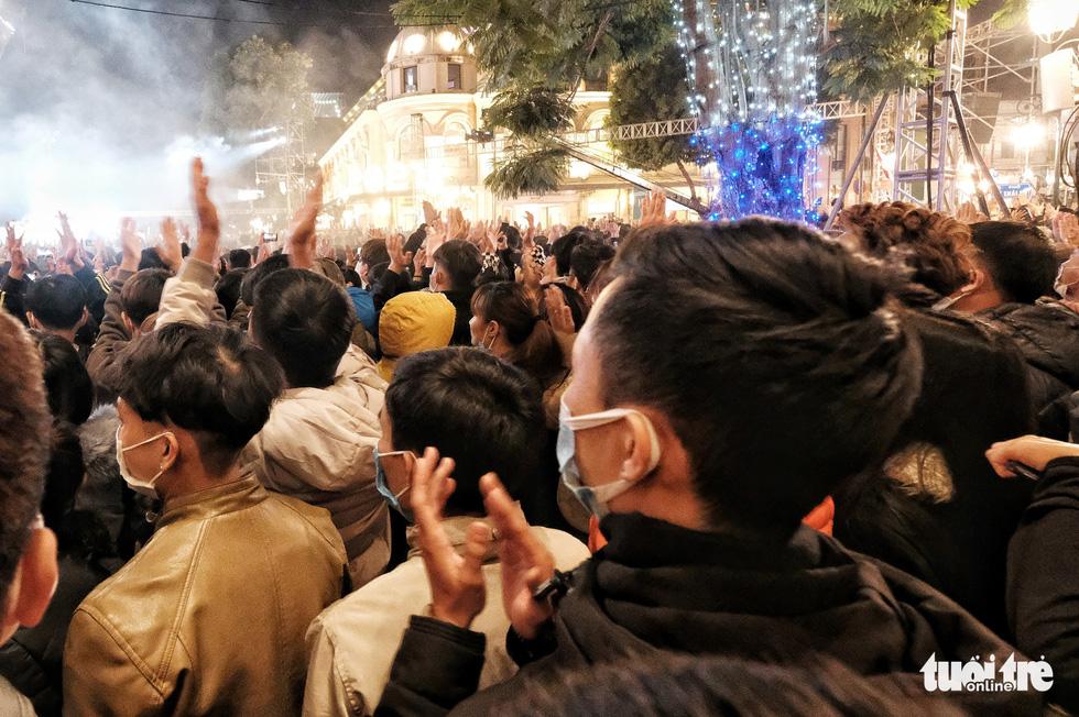 Hàng chục ngàn người Hà Nội, Đà Nẵng đổ ra đường đón năm mới 2021 - Ảnh 5.