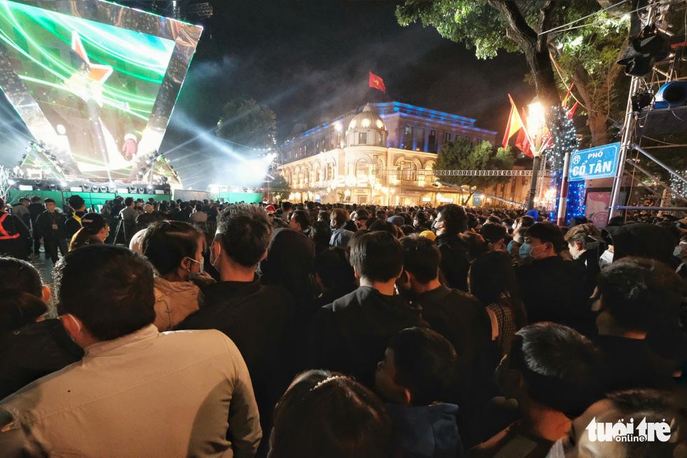 Hàng chục ngàn người Hà Nội, Đà Nẵng đổ ra đường đón năm mới 2021 - Ảnh 6.