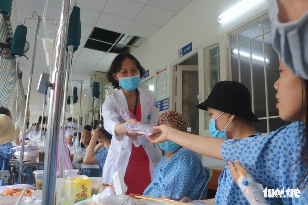 Bữa cơm ngày cuối năm của bệnh nhân ung thư ở Bệnh viện Từ Dũ - Ảnh 8.