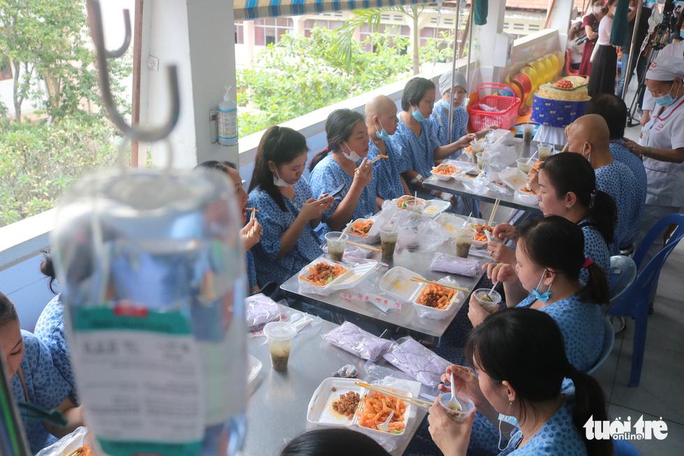 Bữa cơm ngày cuối năm của bệnh nhân ung thư ở Bệnh viện Từ Dũ - Ảnh 2.