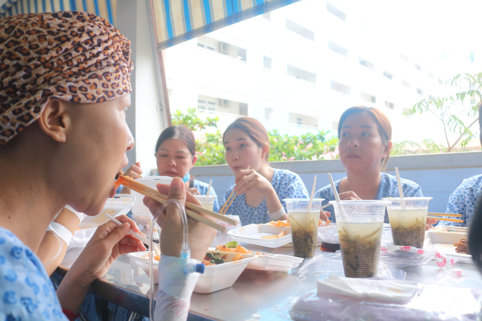 Bữa cơm ngày cuối năm của bệnh nhân ung thư ở Bệnh viện Từ Dũ - Ảnh 5.