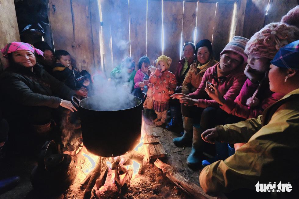Người dân co ro trong rét 3 độ C ở Sa Pa - Ảnh 12.