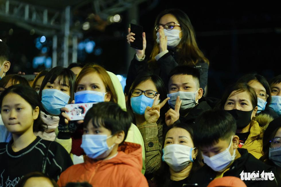 Hàng chục ngàn người Hà Nội, Đà Nẵng đổ ra đường đón năm mới 2021 - Ảnh 12.