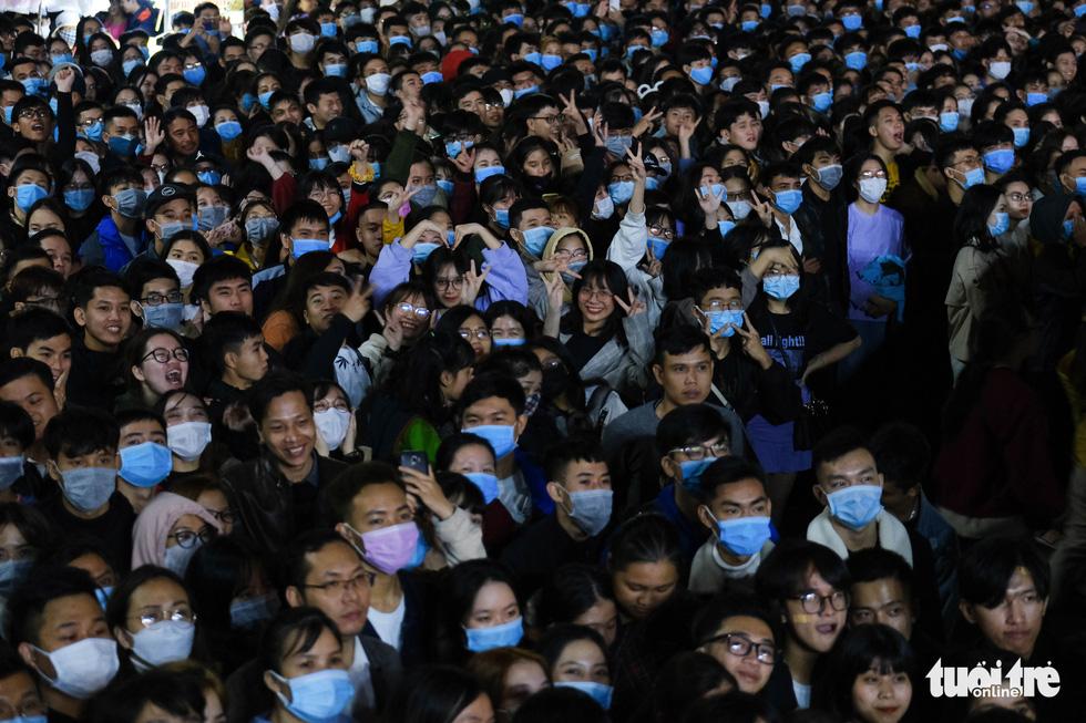 Hàng chục ngàn người Hà Nội, Đà Nẵng đổ ra đường đón năm mới 2021 - Ảnh 14.