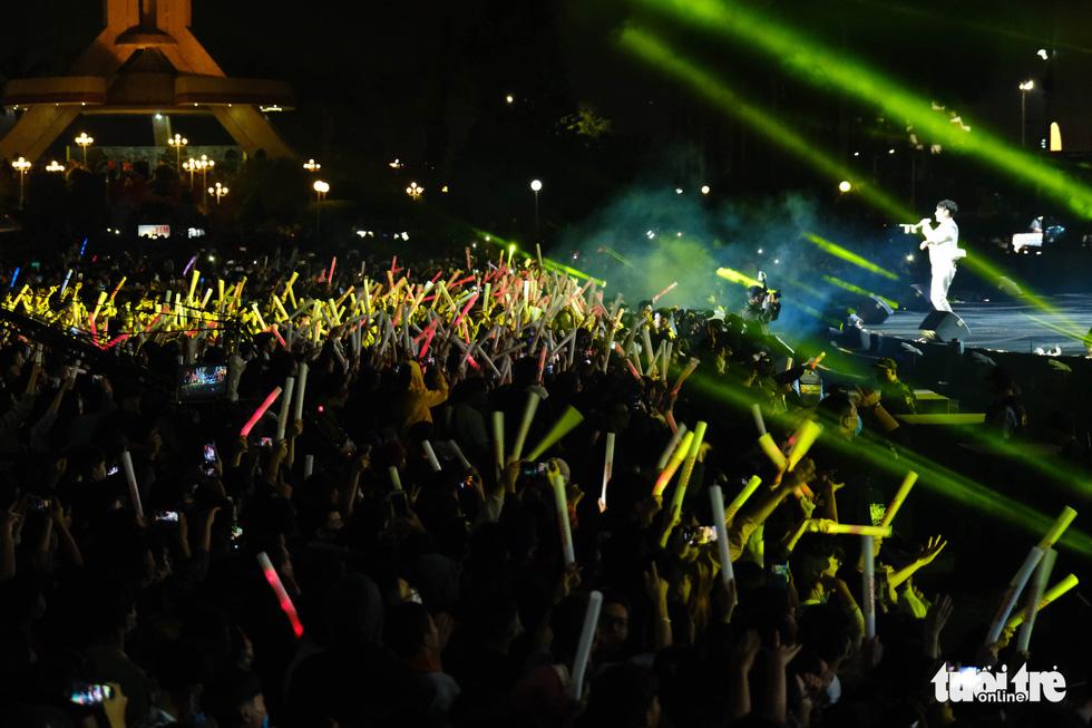 Hàng chục ngàn người Hà Nội, Đà Nẵng đổ ra đường đón năm mới 2021 - Ảnh 15.