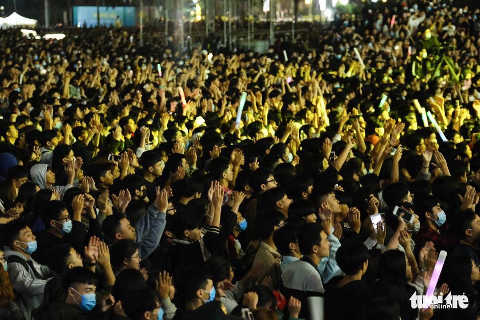 Hàng chục ngàn người Hà Nội, Đà Nẵng đổ ra đường đón năm mới 2021 - Ảnh 16.