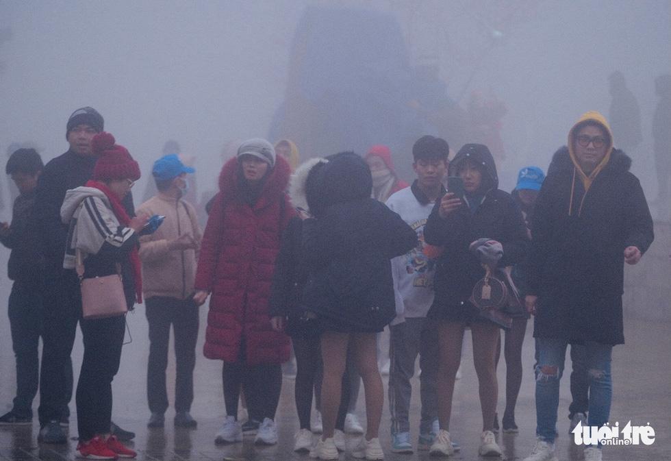 Sa Pa cháy phòng vì khách cả nước đến săn băng, tuyết - Ảnh 2.