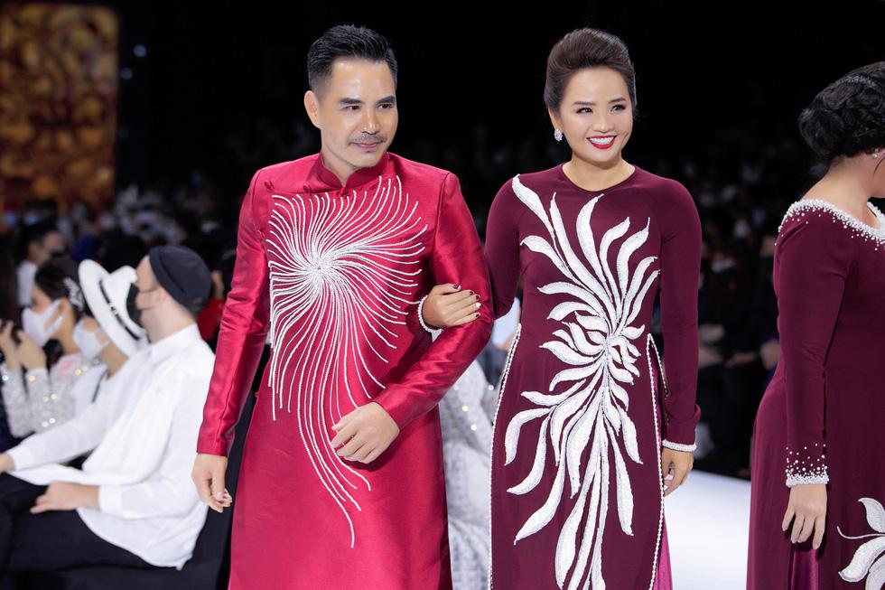 Hoa hậu Khánh Vân làm vedette, NSND Hồng Vân làm người mẫu catwalk cho nhà thiết kế Minh Châu - Ảnh 4.
