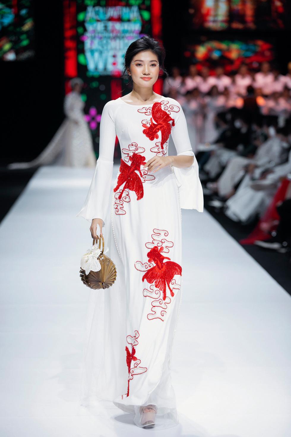 Hoa hậu Khánh Vân làm vedette, NSND Hồng Vân làm người mẫu catwalk cho nhà thiết kế Minh Châu - Ảnh 11.