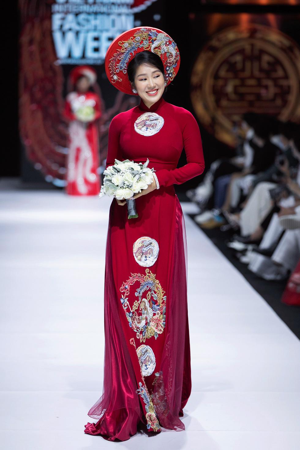 Hoa hậu Khánh Vân làm vedette, NSND Hồng Vân làm người mẫu catwalk cho nhà thiết kế Minh Châu - Ảnh 5.