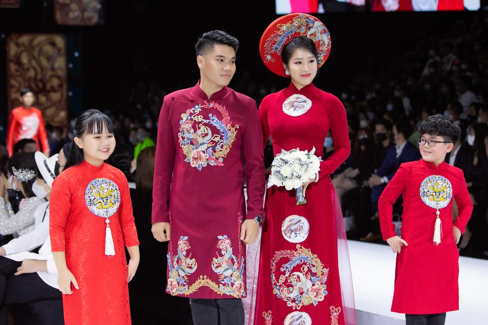 Hoa hậu Khánh Vân làm vedette, NSND Hồng Vân làm người mẫu catwalk cho nhà thiết kế Minh Châu - Ảnh 6.