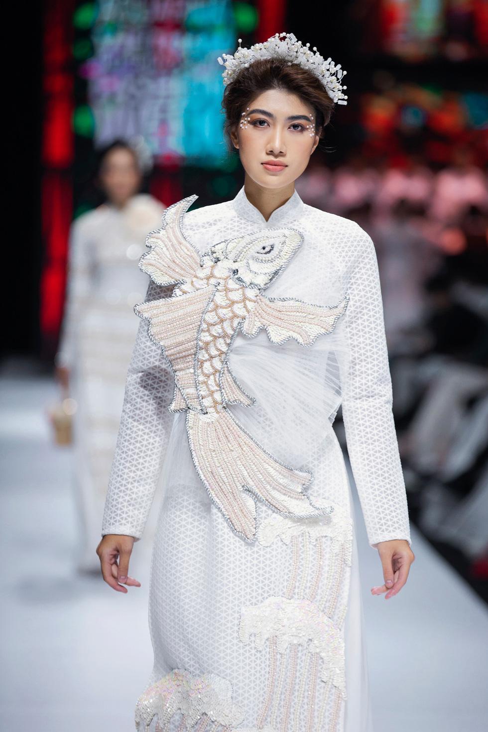 Hoa hậu Khánh Vân làm vedette, NSND Hồng Vân làm người mẫu catwalk cho nhà thiết kế Minh Châu - Ảnh 10.