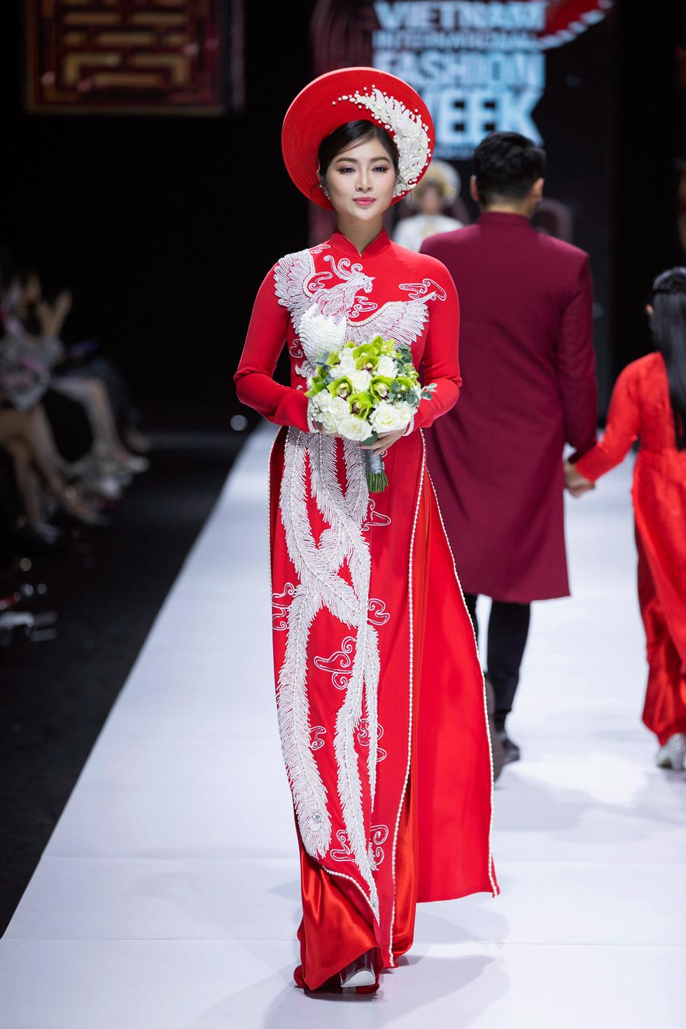 Hoa hậu Khánh Vân làm vedette, NSND Hồng Vân làm người mẫu catwalk cho nhà thiết kế Minh Châu - Ảnh 9.