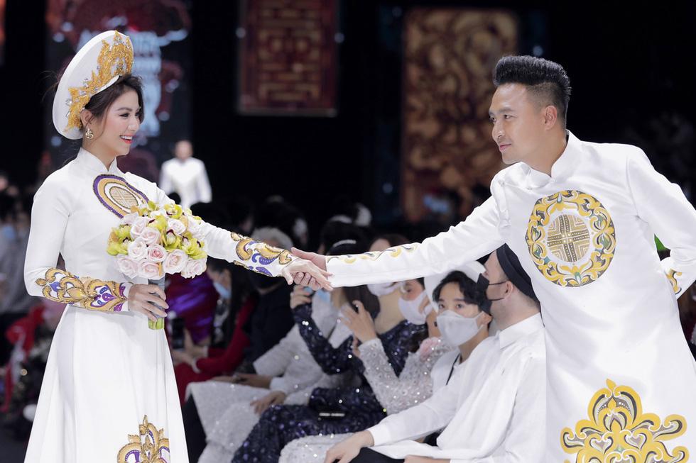 Hoa hậu Khánh Vân làm vedette, NSND Hồng Vân làm người mẫu catwalk cho nhà thiết kế Minh Châu - Ảnh 7.