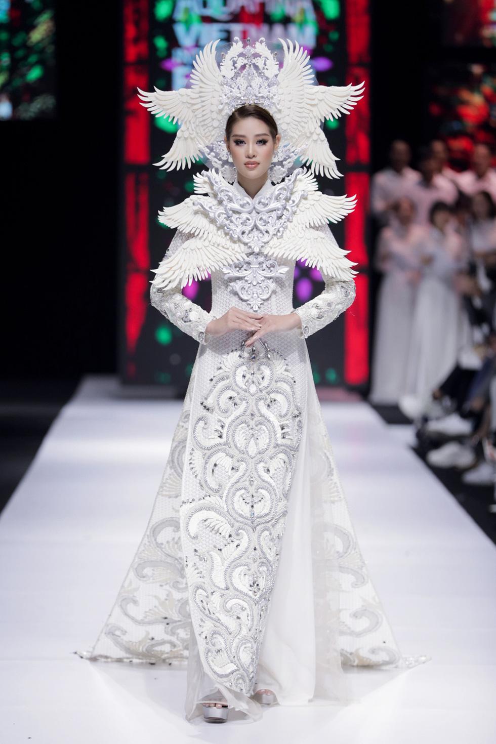 Hoa hậu Khánh Vân làm vedette, NSND Hồng Vân làm người mẫu catwalk cho nhà thiết kế Minh Châu - Ảnh 1.