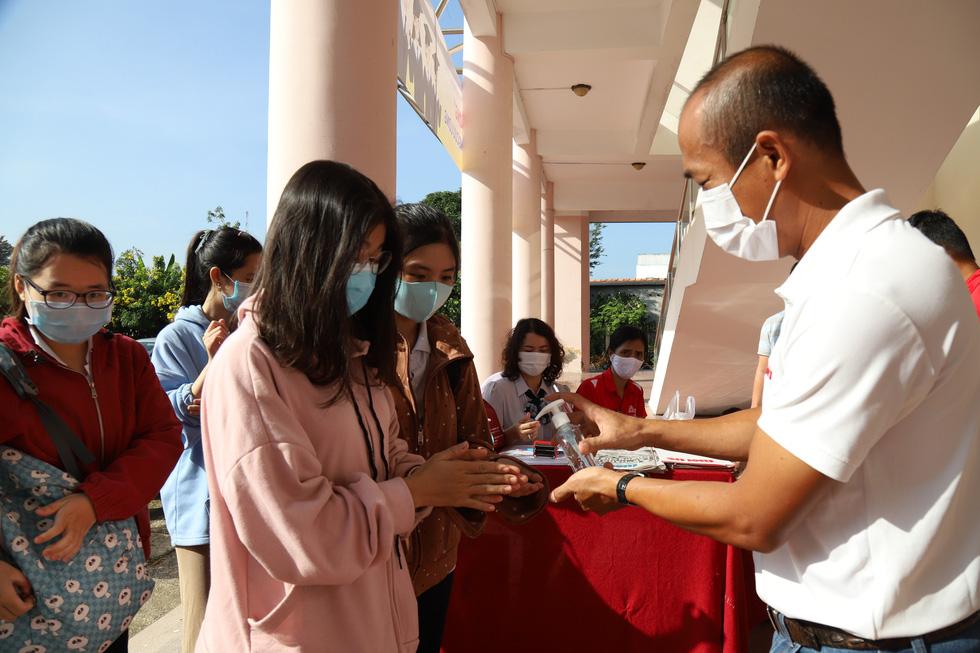 119 suất học bổng Tiếp sức đến trường đến tay tân sinh viên ĐBSCL - Ảnh 3.