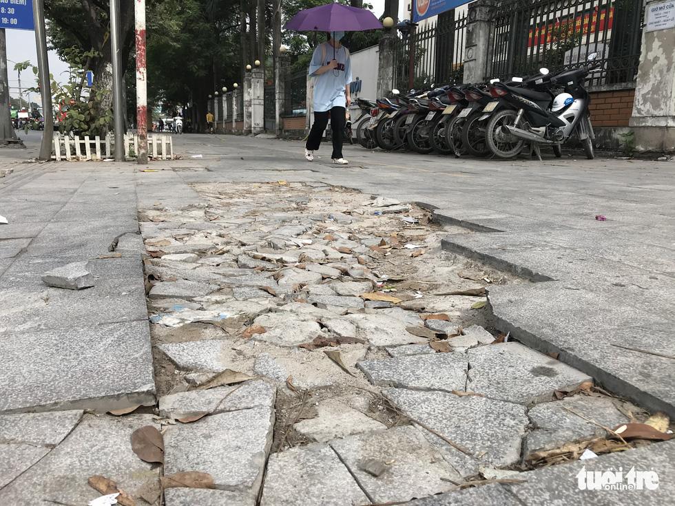 Ổ voi, ổ gà trên vỉa hè các phố trung tâm Hà Nội - Ảnh 6.