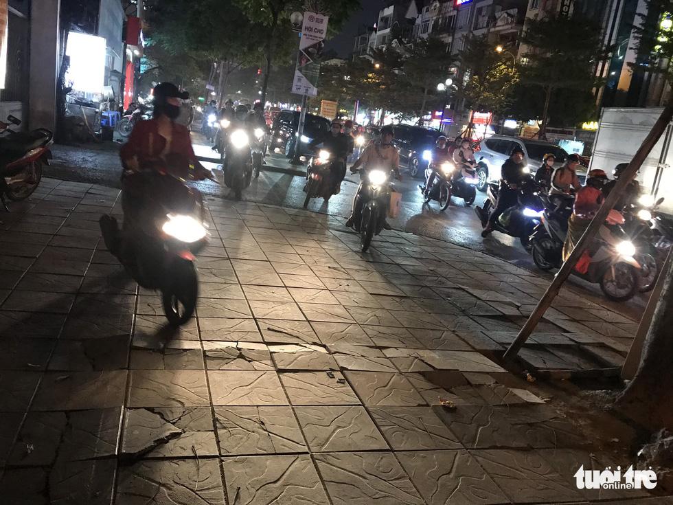 Ổ voi, ổ gà trên vỉa hè các phố trung tâm Hà Nội - Ảnh 7.