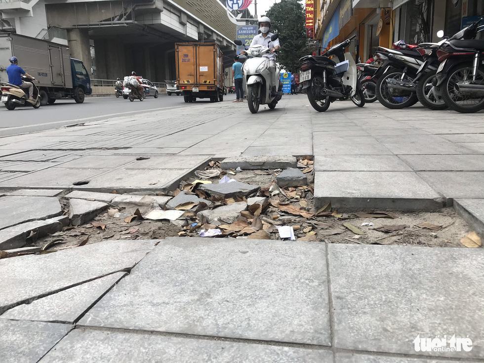 Ổ voi, ổ gà trên vỉa hè các phố trung tâm Hà Nội - Ảnh 3.