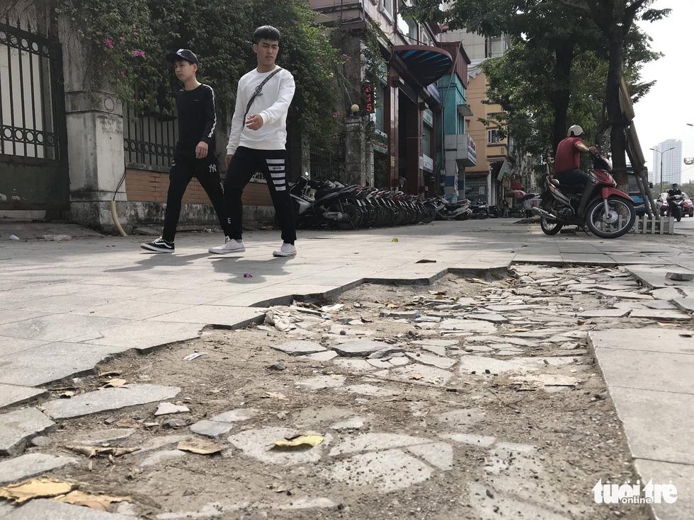 Ổ voi, ổ gà trên vỉa hè các phố trung tâm Hà Nội - Ảnh 4.