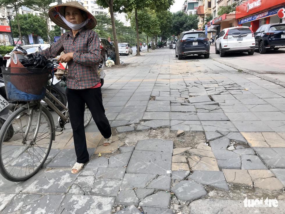 Ổ voi, ổ gà trên vỉa hè các phố trung tâm Hà Nội - Ảnh 5.