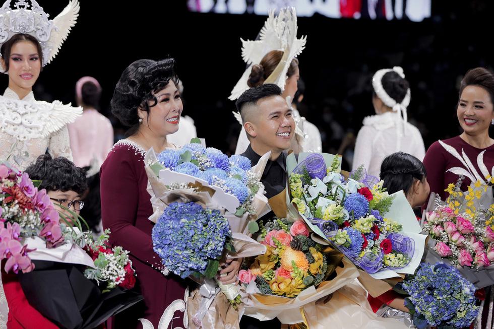 Hoa hậu Khánh Vân làm vedette, NSND Hồng Vân làm người mẫu catwalk cho nhà thiết kế Minh Châu - Ảnh 12.